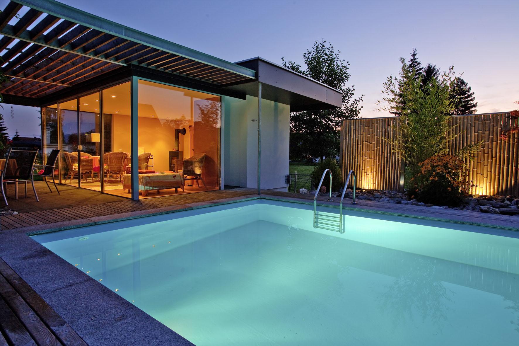Beleuchteter Pool am Abend - Gestaltungstipps für Poolbesitzer