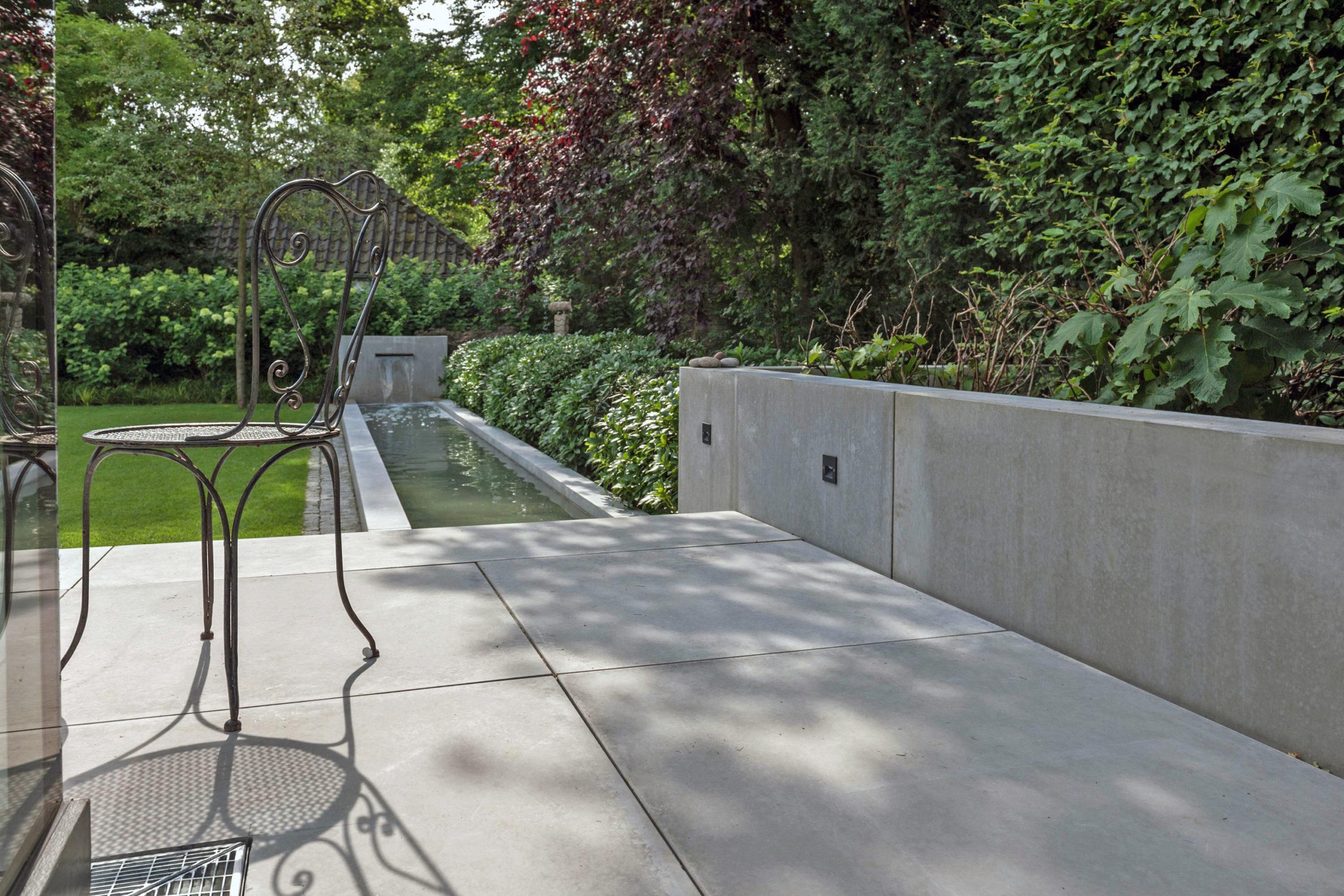 Außenbereich mit Betonplatten