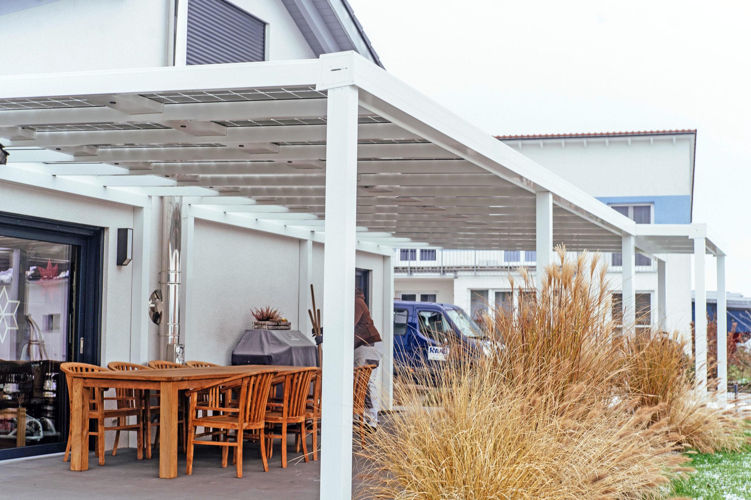 Solardach über der Terrasse