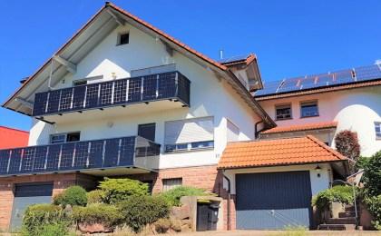 Balkon mit Fotovoltaikgeländer