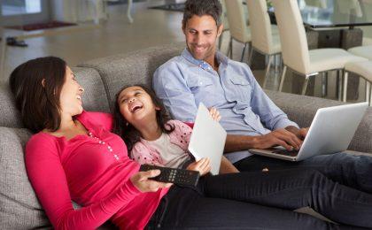 Familie beim Energiesparen