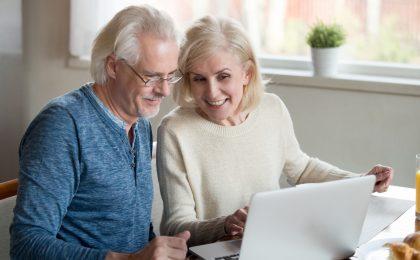 Paar checkt Immobilienpreise