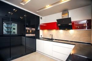 nowoczesna-kuchnia-czarno-czerwono-biała-meble-kuchenne-kraków