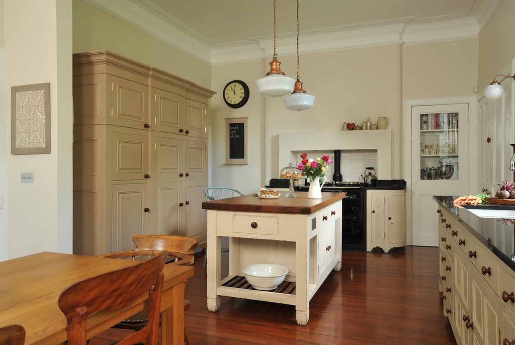 Kuchnia retro – romantyczna z szafą i wyspą