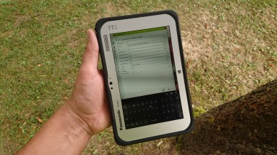 Panasonic Toughpad FZ-M1 in der Hand