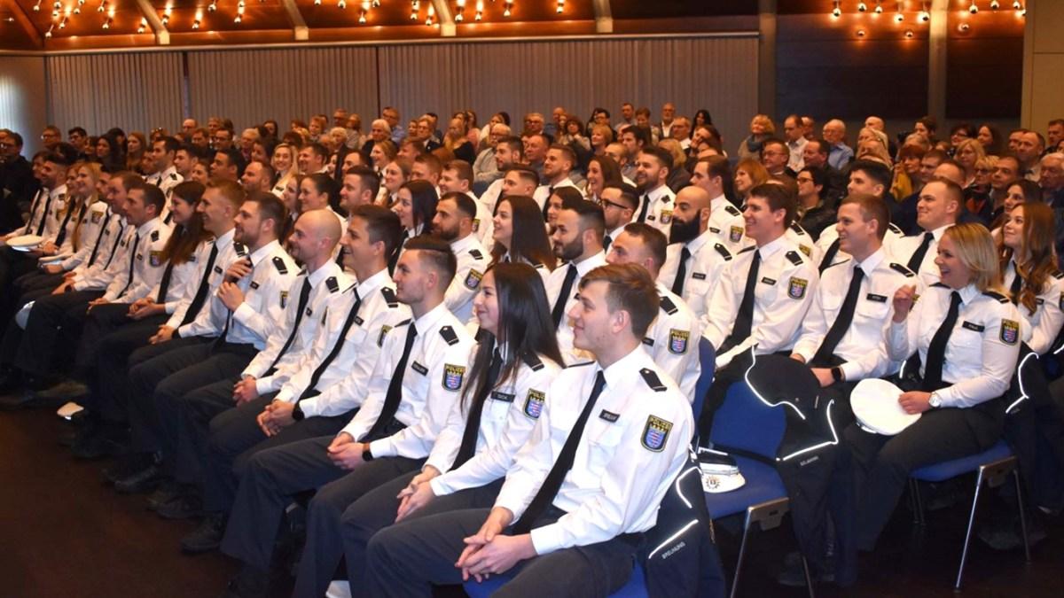 61 Absolventen der Polizeihochschule zu Kommissaren in Baunatal ernannt