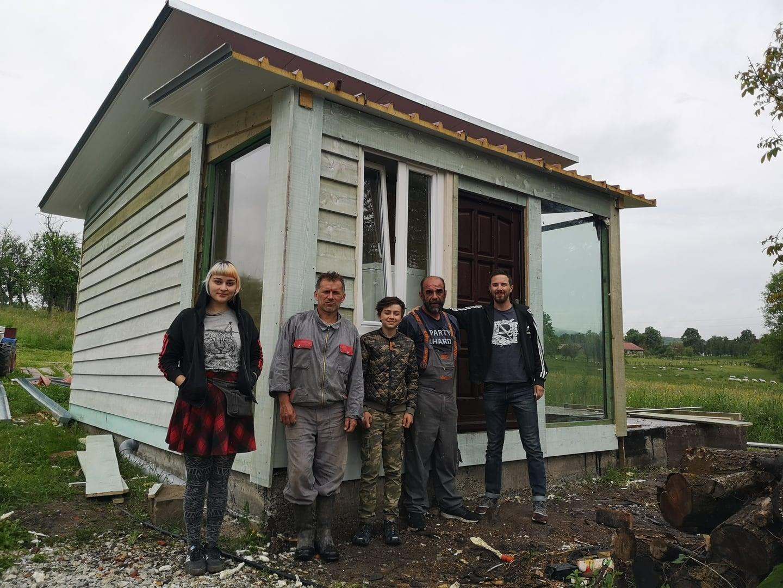 Šibenski volonteri sagradili i dostavili montažnu kuću za 13-godišnjeg Stefana i njegovog oca
