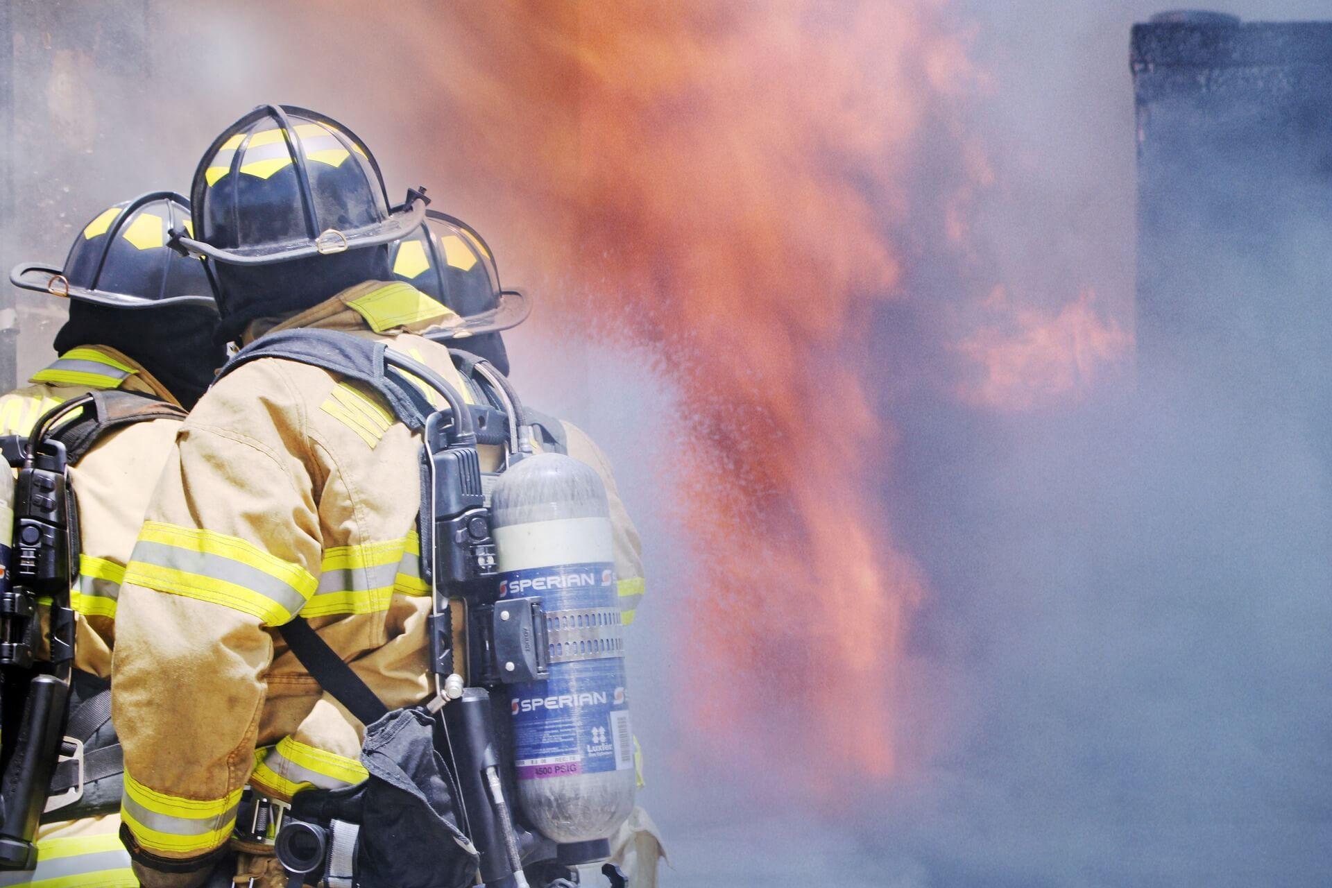 Gori zgrada u Trnskom: Vatrogasci spasili čovjeka, na teren izašlo osam vatrogasnih vozila