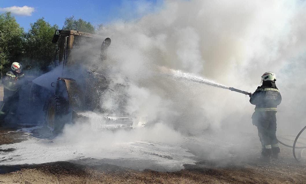 [FOTO] U požaru radnog stroja u Turopolju hrabar potez bagerista spriječio još veću štetu