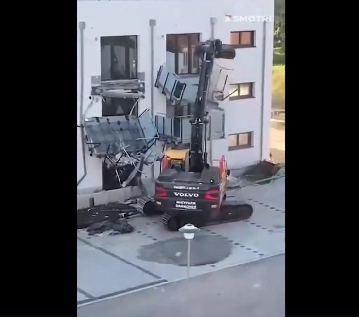 [VIDEO] Bagerom krenuo rušiti zgradu jer ga nisu platili