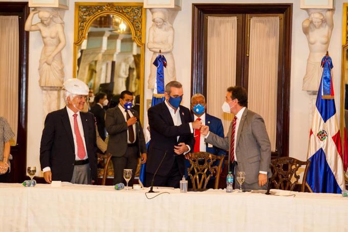 Abinader apuesta al desarrollo de la industria y crea mesa para su impulso