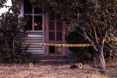 cinta de la escena del crimen cerca casa 128540168
