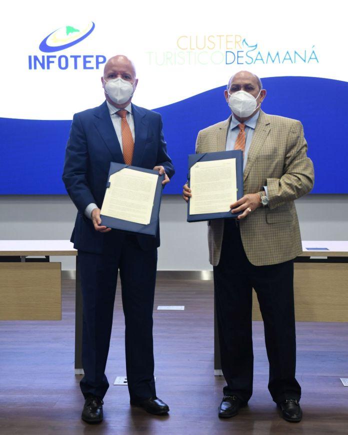 Rafael Santos Badia director general del INFOTEP y Jesus Duran presidente del Cluster Turistuco de Samana al firmar el acuerdo entre ambas instituciones