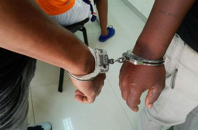 Apresan  jovenes fueron sorprendidos desmantelando en Villa Hermosa,La Romana  Jeepeta robada en Bávaro