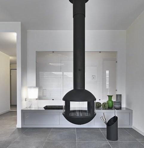 Moderner Wohnraum mit Hängekamin