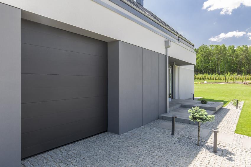 Moderne Garage Neben Dem Eingang Eines Wohnhauses