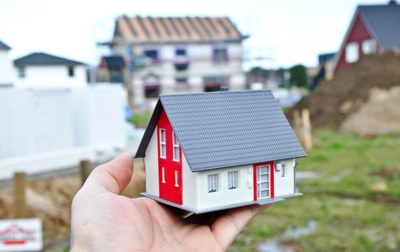Hausmodell auf einer Hand