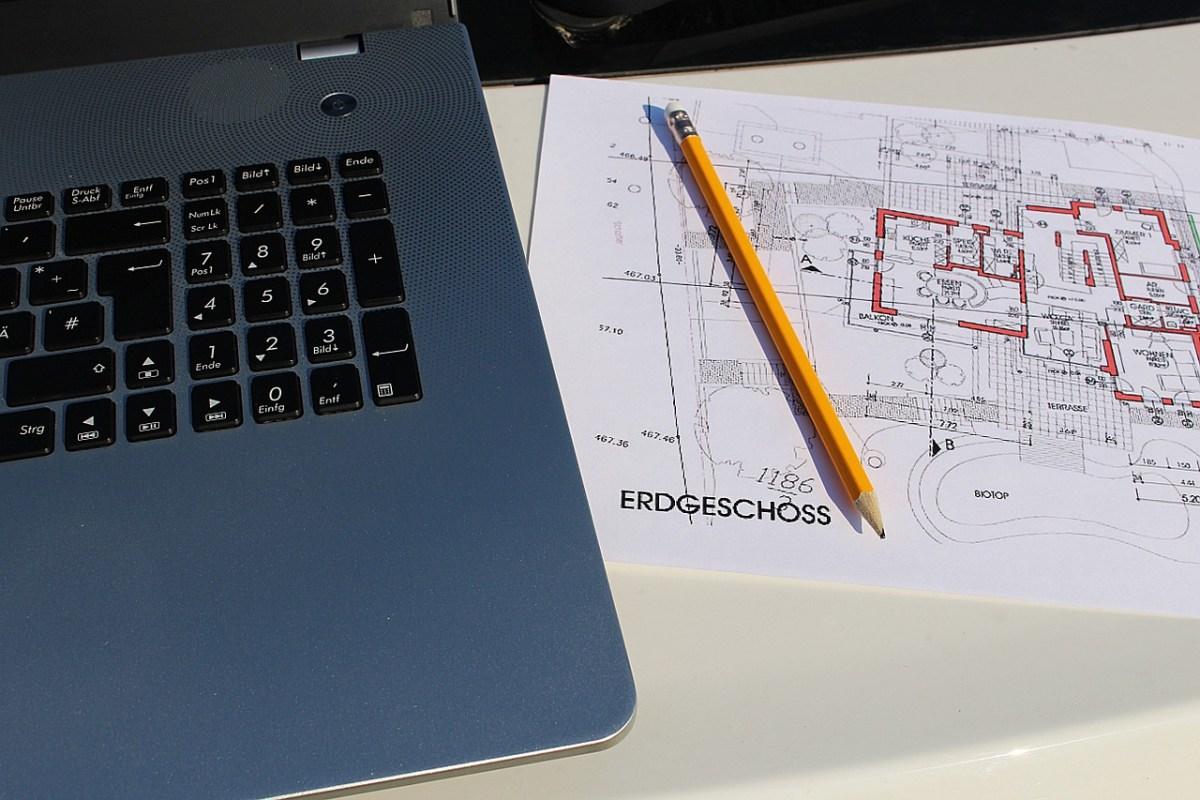 Bauzeichnung neben einem Laptop