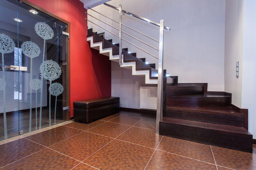 Ein Hausflur mit Treppe und kontrastreich in rot gestrichener Wand