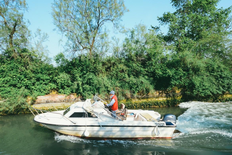 Venedik'de belki arabasız yaşanabilir ama lagündeki diğer adalarda yaşayanların ulaşımı için tekne sahibi olmak kaçınılmaz.