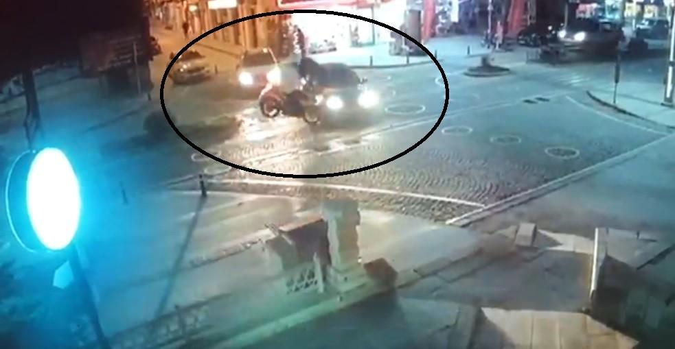 Motosikletin otomobile çarpma anı güvenlik kamerasına yansıdı