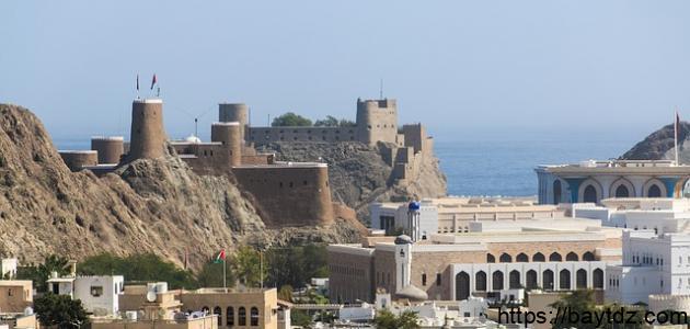كم عدد البحار التي تطل عليها سلطنة عمان