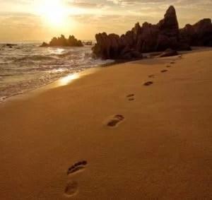 Urme de pasi pe nisipul de pe plaja