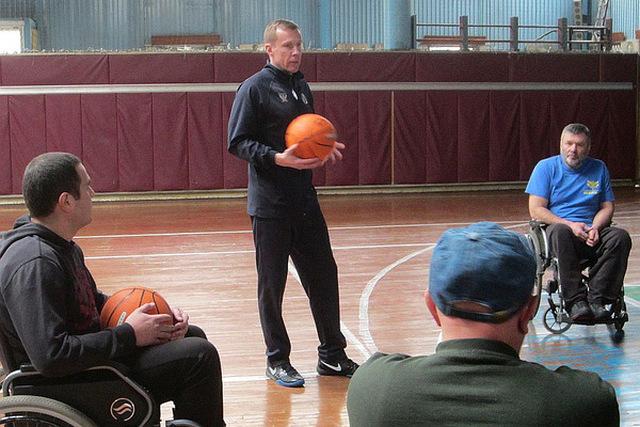 Дмитрий Базелевский  тренирует баскетболистов инвалидов-колясочников (Видео)