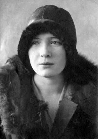 Olga Bergholz - ...запылали Бадаевские склады, и начался голод.