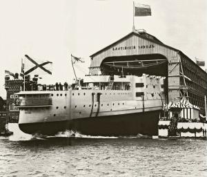 Спуск на воду эскадренного броненосца Победа со стапеля Балтийского судостроительного завода. 1911.