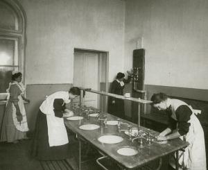 В умывальной Института принцессы Ольденбургской. Фотоателье Буллы. 1913 г.