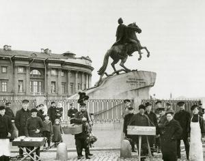 Группа разносчиков на площади императора Петра I. Фотоателье Буллы. 1900-е гг.