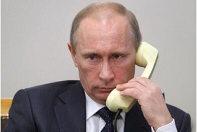 Putin i telefon foto s sajta www.tatar inform.ru  - Президент опять не в курсе
