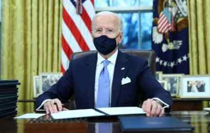 Presidenti Joe Biden nënshkruan urdhra ekzekutivë në Zyrën Ovale të Shtëpisë së Bardhë në Uashington, pas inaugurimit të tij si Presidenti i 46-të i Shteteve të Bashkuara, SH.B.A., 20 janar 2021. Tom Brenner | Reuters