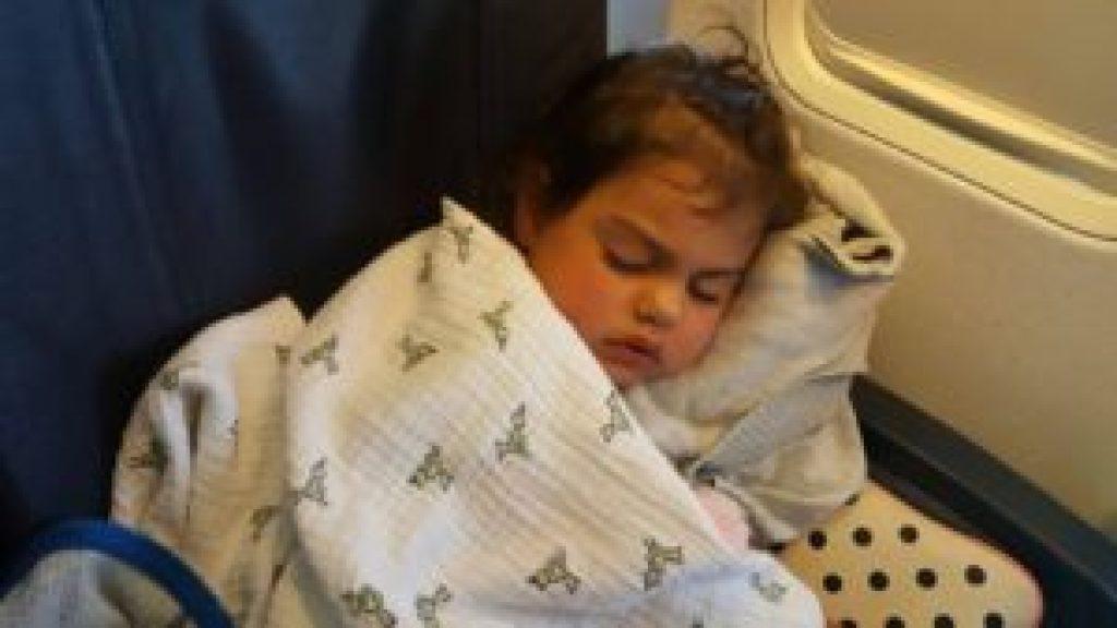 Enfant de 2 ans qui dors dans l'avion
