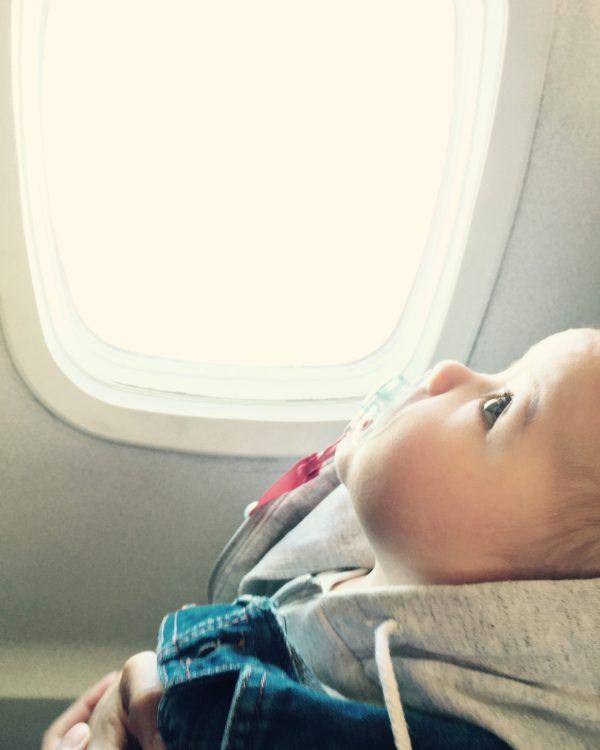 Bébé qui regarde à travers un hublot