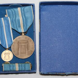 S107. KOREAN SERVICE MEDAL AND MINI MEDAL IN 1955 DATED BOX