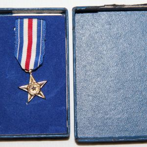 T020. VIETNAM 1967 DATED MINIATURE SILVER STAR MEDAL IN THE ORIGINAL BOX