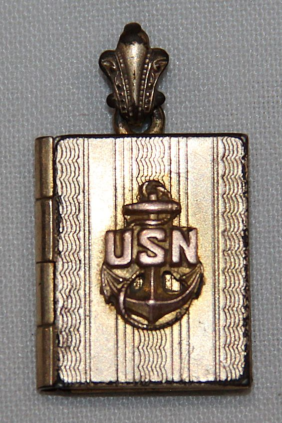 I020. WWII HOMEFRONT U.S. NAVY SWEETHEART PHOTO LOCKET