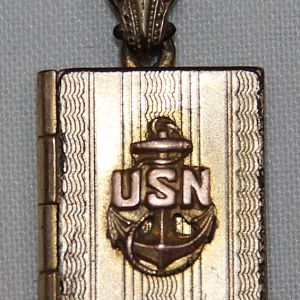 I020. WWII HOMEFRONT U.S. NAVY SWEETHEART PHOTO LOCKET