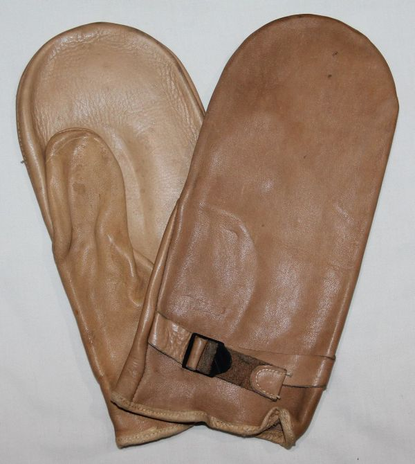 D021. UNISSUED WWII 1941 DATED LEATHER MITTENS