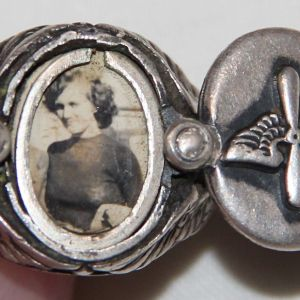 H042. RARE WWII STERLING AAF PHOTO LOCKET RING