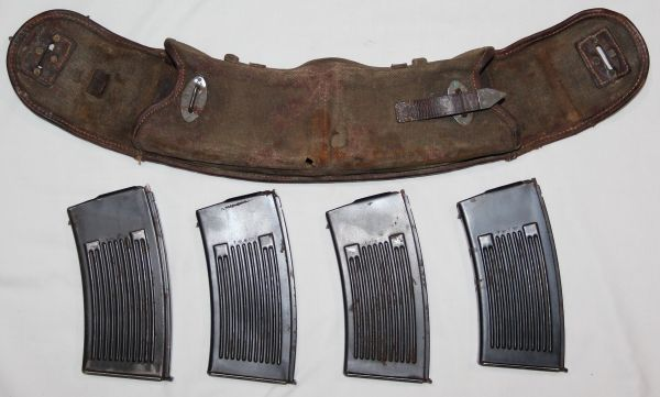M023. WWII GERMAN MG13 MAGAZINE POUCH WITH 4 MAGAZINES