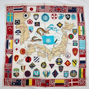 S043. KOREAN WAR SOUVENIR SCARF WITH U.S. AND U.N. UNIT PATCHES