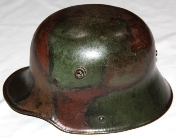 B225. WWI GERMAN CAMOUFLAGE M16 COMBAT HELMET WITH LINER