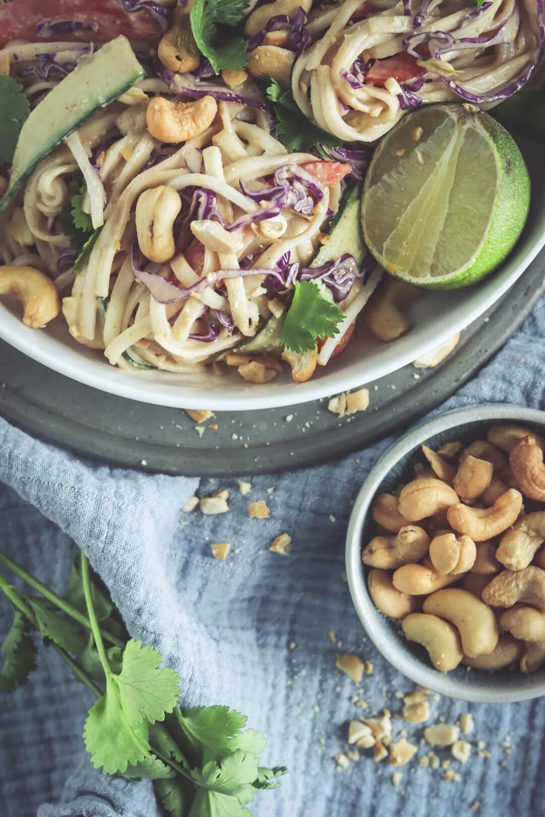 recept voor Thaise noodle salade met pindadressing