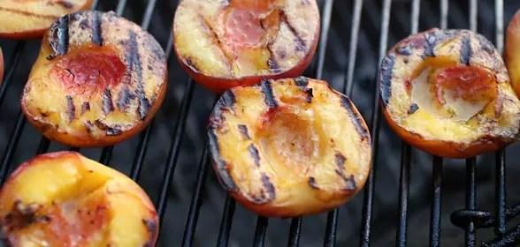 Perzik op de barbecue