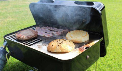 Burger auf dem Weber Go Anywhere