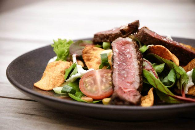 Bunter-Salat-mit-Büffel-Ribeye