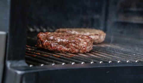 Wagyu Burger vom Traeger Timberline